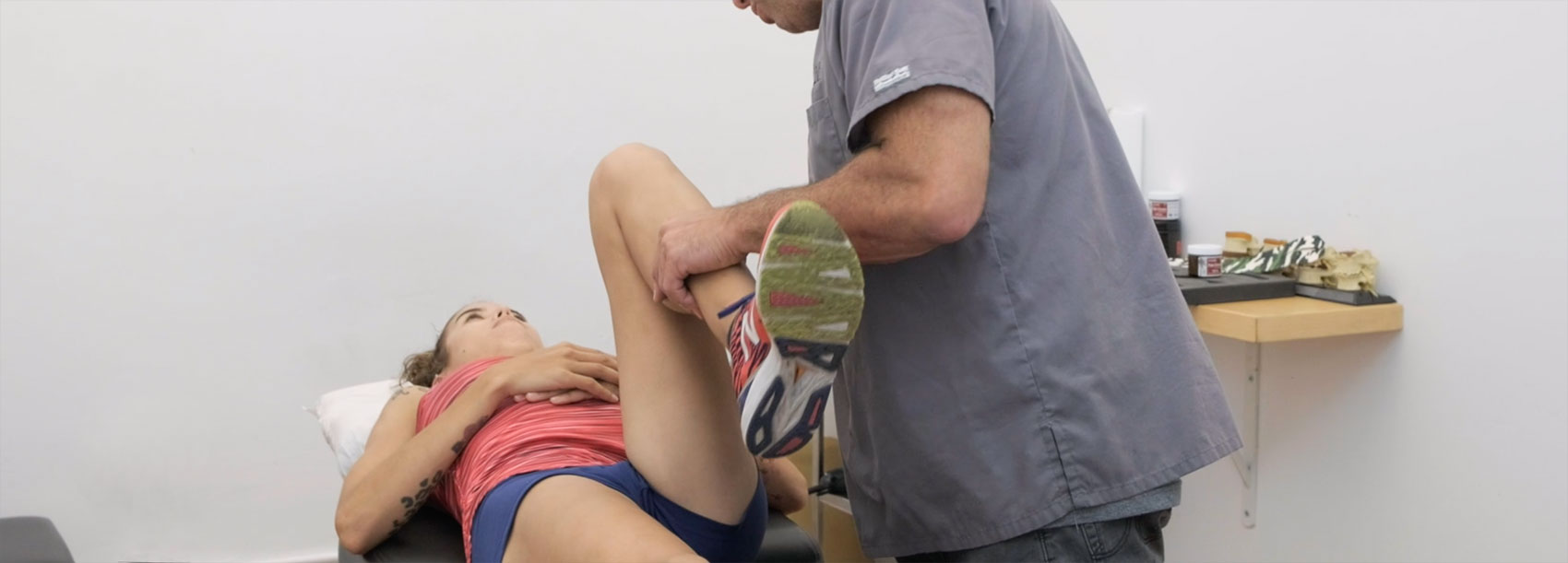 injured runner getting treated for hip pain and running injury