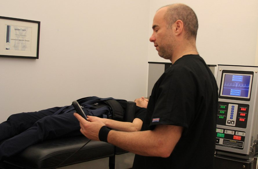 dr steven shoshany nyc chiropractor using the drx 9000 spinal decompression system